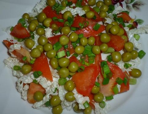 Салат из горошка с помидорами и пекинской капустой